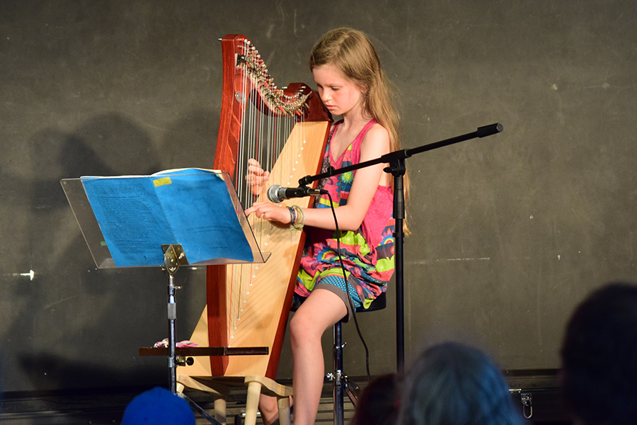 Eine Schülerin spielt Harfe - Abend der Poesie Montessori Schule Peißenberg