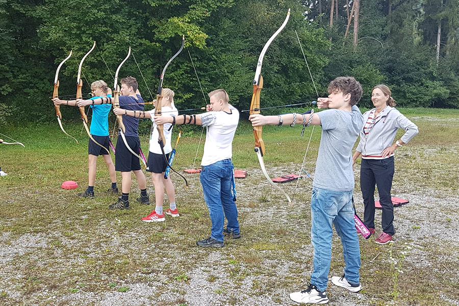 Bogenschießen während des Porjekttages der Montessori Schule Peißenberg