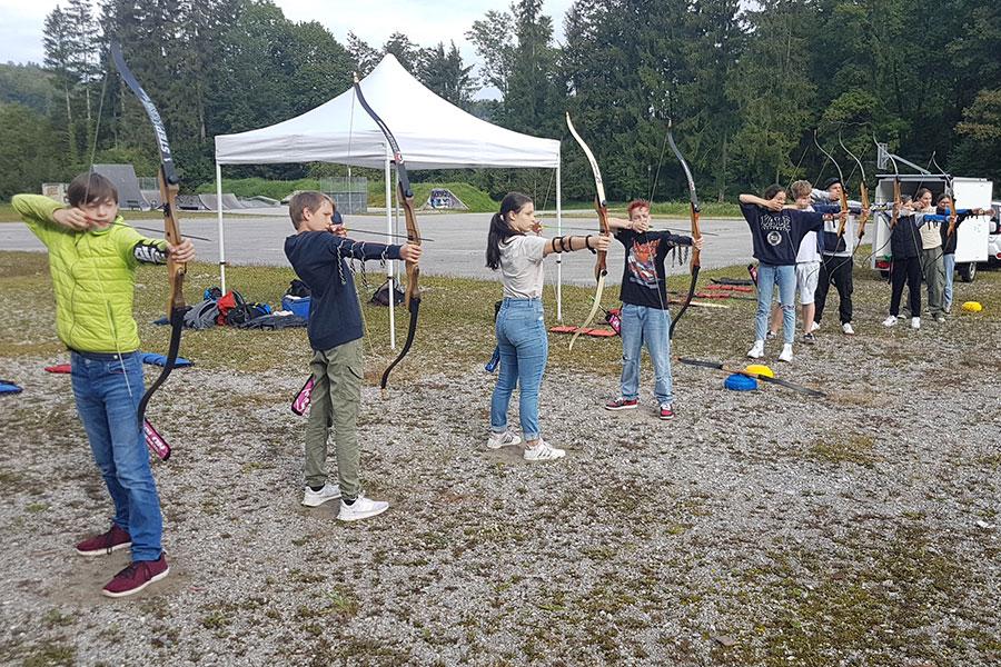 Schüler beim Bogenschießen während des Porjekttages der Montessori Schule Peißenberg