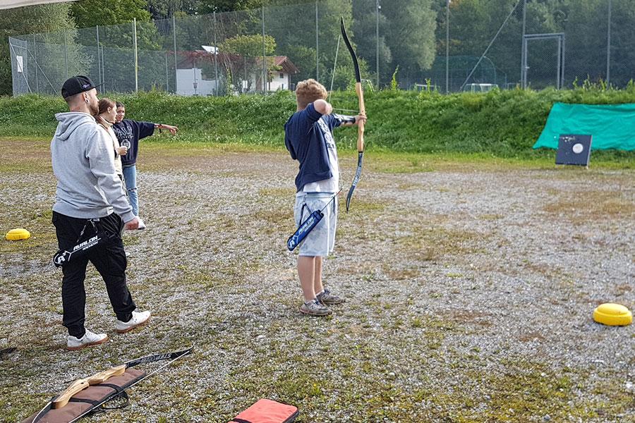 Ein Schüler beim Bogenschießen während des Porjekttages der Montessori Schule Peißenberg