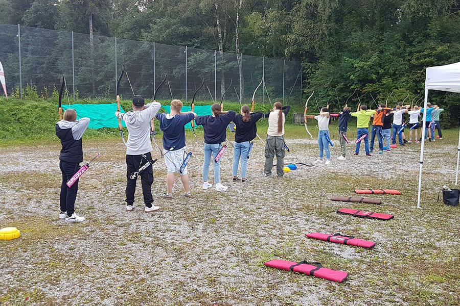 Unsere Schüler beim Bogenschießen während des Porjekttages der Montessori Schule Peißenberg