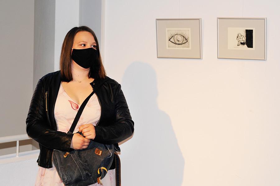 Eine Schülerin vor ihrem Werk in der Ausstellung zum Projekt Druckwerkstatt