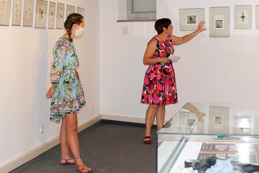 Eine Schülerin bei der Ausstellung zum Projekt Druckwerkstatt