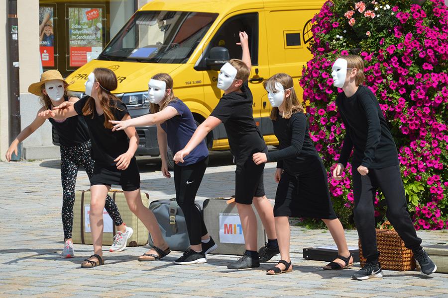 Unsere Theatergruppe bei einer Performance in der Innenstadt