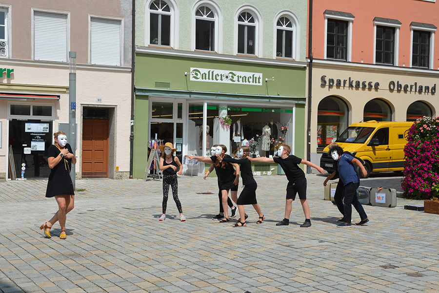 Unsere Theatergruppe verwandelt die Innenstadt in eine Bühne